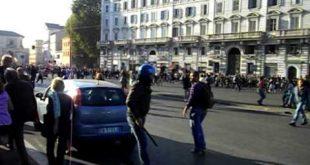 Movimenti per la casa e polizia si scontrano a Roma, in azione gli idranti