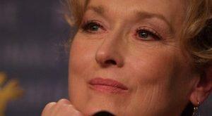 Meryl Streep imita Donald Trump con parrucca bionda e finta abbronzatura