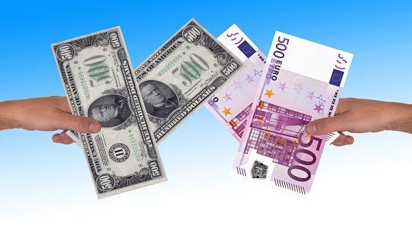 Cambio euro dollaro, vantaggi rischi di una svalutazione competitiva